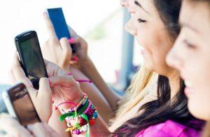 Bermain Ponsel Ketika Liburan/Shutterstock